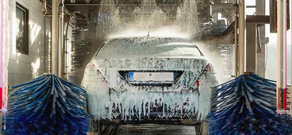 Auto in een wasstraat